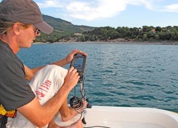 Scrutant l'écran du sonar...
