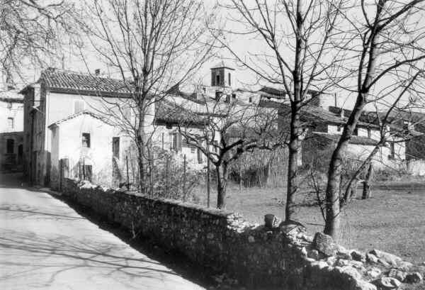 Les Salles, entrée du village par Bauduen