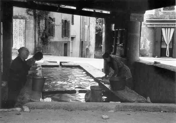 Les Salles, le lavoir de la place. 27/8/1973