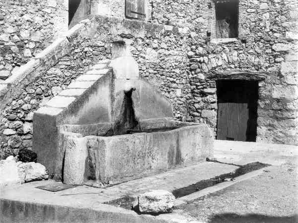 Les Salles, la fontaine de la calade, 27/08/1973