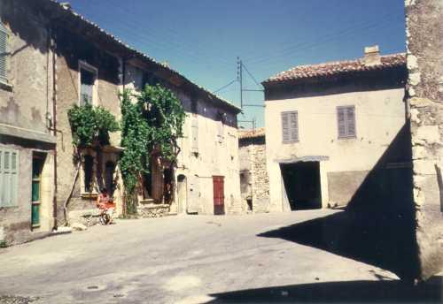 Les Salles, la placette du bas du village