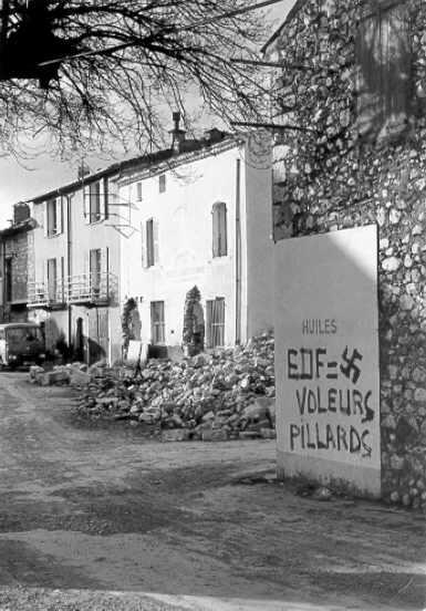 Graffitis sur la place des Salles, 02/01/1974