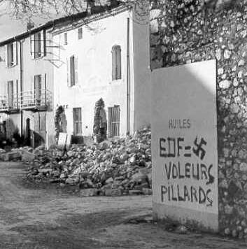 Graffiti on the walls of the village, jan 02, 1974 : « EDF = thieves, looters »