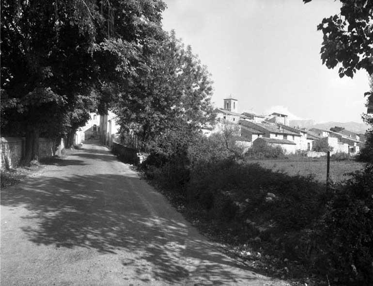 Les Salles, entrée du village route de Bauduen, septembre 1972