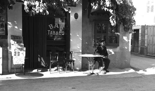 Les Salles, Théo Battaglini au bar Taxil sur la place, sept 72