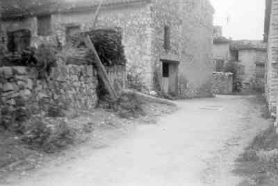 Les Salles, entrée du village, rte des alambics