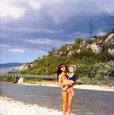 Laurence Provost dans les bras de sa soeur Gisèle à Garuby (1968)