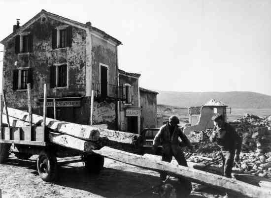 Cliquez ici pour voir l'horreur des derniers mois du village  (ici, déménagement des Sallois, février 1974)