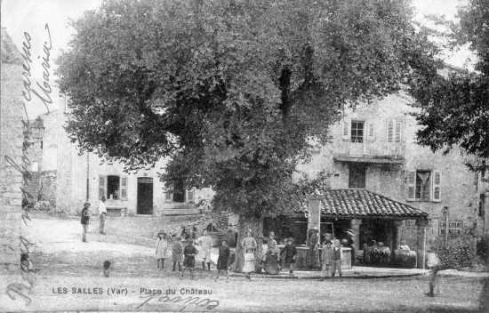 Les Salles, place du Château