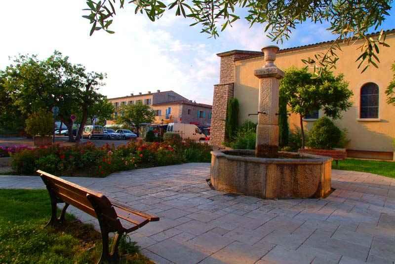 La fontaine de l'ancien village au coeur du nouveau