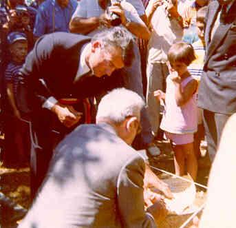 Pose de la première pierre du nouveau village des Salles, 26/07/1970