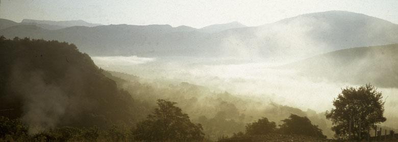 La vallée des Salles dans le brouillard
